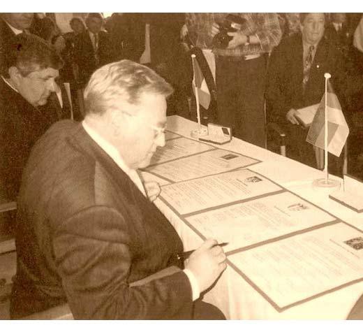 Președinții Simnacher  și Mîrza semnând oficial, în Sala de Aur a Primăriei din Augsburg, documentele parteneriatului.