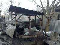 Zeci de metri din acoperişul unei case şi bunuri din interior, distruse de foc