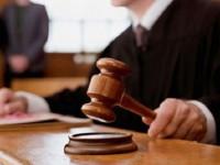 Trimis în faţa judecătorilor şi pentru că a lovit un poliţist