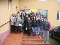 Bătrânii de la centrul social de la Dumbrăveni au primit legume şi fructe de la elevi voluntari