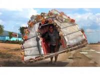 """""""Omul melc"""" care își duce casa în spate prin China"""