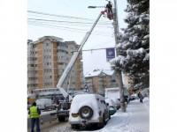 Curtea de Conturi sancţionează pozarea ilegală a cablurilor de televiziune şi de telefonie pe stâlpii de iluminat public