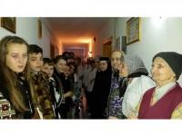 Elevii de la Ciocăneşti au colindat pentru carte şi pentru oameni nevoiaşi