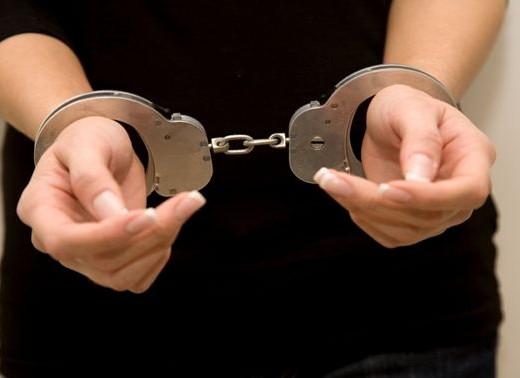 Bărbatul care şi-a înjunghiat propriile fiice a fost prins de poliţişti