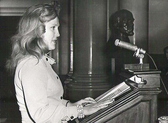 Aula-Academiei-Romane--La-pupitru-Lucia-Olaru-Nenati,--1973