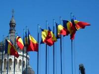 Prefectul Mirela Adomnicăi cere înlocuirea drapelelor jerpelite şi decolorate arborate la sediile primăriilor şi instituţiilor publice