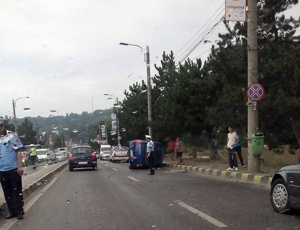 O maşină răsturnată pe Calea Unirii a îngreunat ieri dimineaţă traficul spre centrul Sucevei