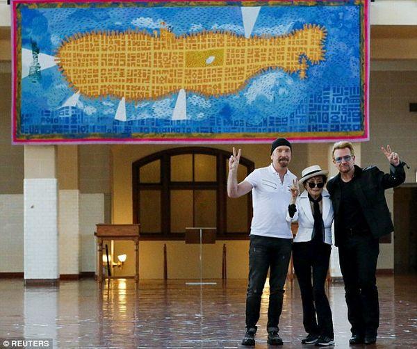 Yoko Ono, Bono şi The Edge au dezvelit pe insula Ellis o tapiserie în amintirea lui John Lennon