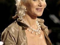 Actriţa Helen Mirren se declară iritată de bărbaţii care îşi petrec braţul pe după umerii partenerei