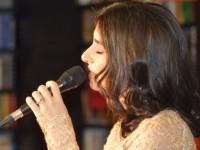 Alexandra Uşurelu a cântat printre cărţi, într-un concert acustic emoţionant