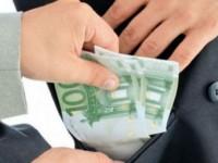 O suceveancă a oferit 100 de euro unui poliţist