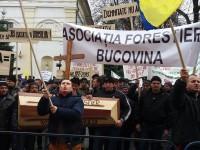 Peste cinci sute de forestieri şi-au strigat nemulţumirile în faţa Palatului Administrativ din Suceava
