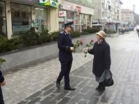 Flori, urări şi pupături pentru femeile Sucevei, de la poliţişti, jandarmi şi salvatorii ISU