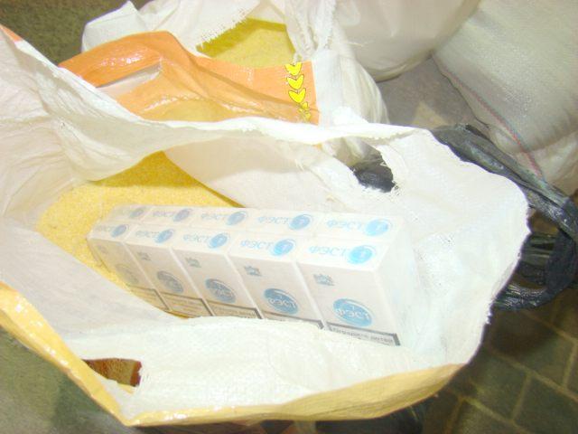 Ţigări de contrabandă găsite de poliţişti prin saci de mălai, cutii de suc, printre roţi şi în semiaripile unor maşini