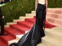 Ţinuta purtată de actriţa Emma Watson la Gala Met, realizată din fibre de la sticle de plastic reciclate