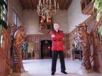 Celebra vilă a lui Hugh Hefner, Playboy Mansion, vândută fiului unui miliardar
