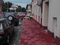Doi competitori se bat pentru repararea trotuarelor cu pavele