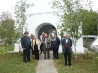 Ion Muscalu (primul din stânga) la Biserica lui Miron Barnovschi din Toporăuţi