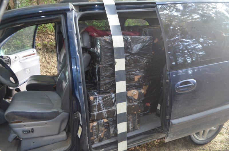 Maşină burduşită cu ţigări de contrabandă, tractată în trafic pe raza localităţii Suceviţa