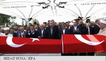Recep Tayyip Erdogan le cere susţinătorilor săi să rămână în stradă