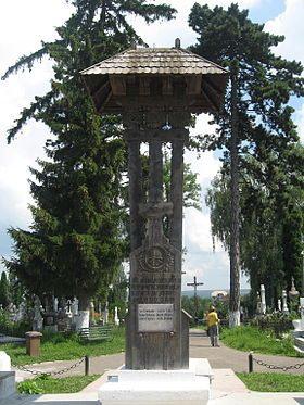 Flori şi lumini la mormintele şi monumentele eroilor