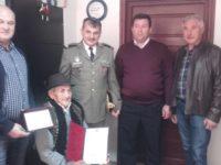 La 102 ani, tot drept şi pe picioarele lui, Ştefan Papuc din Lisaura a primit recunoştinţa comunităţii
