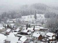Vânt şi ninsoare în zona de munte
