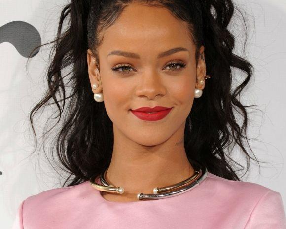O poză în care Rihanna apare goală alături de nepoata ei stârneşte polemică pe reţelele de socializare