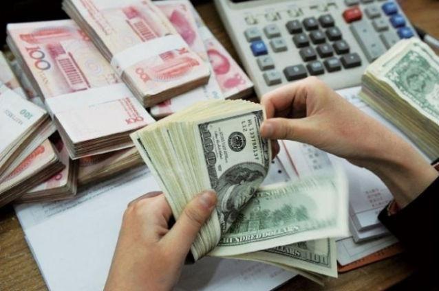 Dolarul a crescut cu 6,4 bani