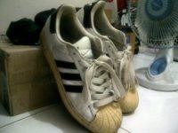 În loc de patru perechi de pantofi sport comandaţi online, a primit o pereche de papuci uzaţi