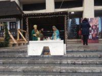 Scena biblică a Naşterii Mântuitorului din centrul Sucevei, protejată cu un separator rutier din plastic