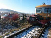 Maşină cu doi copii în ea, lovită de tren la o trecere peste calea ferată