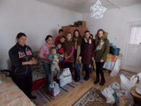 Acţiuni de voluntariat la familii sărace din judeţ