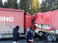 Accident grav, între două autotrenuri