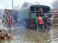 Peste 5000 mc de apă din locuinţele inundate în Vatra Dornei, evacuaţi cu motopompele de pompieri