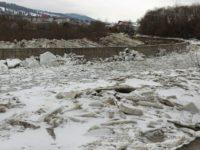 Aglomerările de gheţuri formate pe râurile din zona de munte a judeţului, monitorizare de pompierii militari