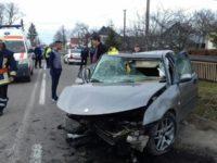 Trei tineri răniţi, după ce au intrat cu maşina într-un cap de pod