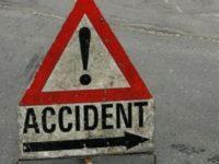 O tânără şi copilul ei de 3 ani, răniţi într-un accident produs după ce un şofer a ajuns cu maşina pe contrasens