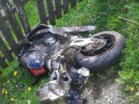 Un motociclist de 29 de ani a murit după ce a fost proiectat pe acoperişul unei şuri