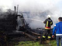 Flăcări violente au mistuit două gospodării vecine din Vicovu de Sus