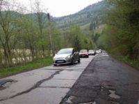 După lucrările de plombare a DN 17 B în zona Crucea, se va turna strat bituminos, iar apoi covor asfaltic