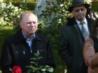 În imagine, la Mălinii lui Labiş, cu un trandafir în faţă – Ilie Luceac şi cu Nicolae Cârlan în stânga sa