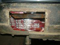 Peste 2.600 de pachete cu ţigări de contrabandă depistate într-un autoturism