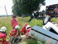 Două femei rănite şi o maşină răsturnată în afara drumului