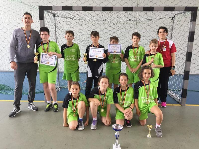 """Echipa Şcolii Gimnaziale """"Ion Creangă"""" din Suceava, campioană naţională la handbal mixt"""