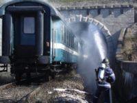 Forţe importante de intervenţie la Mestecăniş, după ce un tren a luat foc în tunel