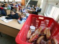 Elevii suceveni ar putea primi corn la şcoală abia din luna noiembrie
