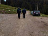 O mamă cu doi copii, rătăciţi prin munţii Bucovinei