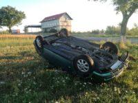 S-a răsturnat cu maşina pe câmp