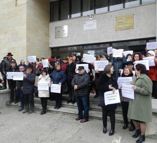 Lucrătorii din sistemul APIA protestează faţă de reducerea cu 30% a salariilor